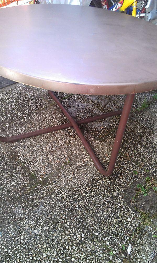 Sehr Stabiler Brauner Gartentisch Mit Eisengestell 2 Kleine