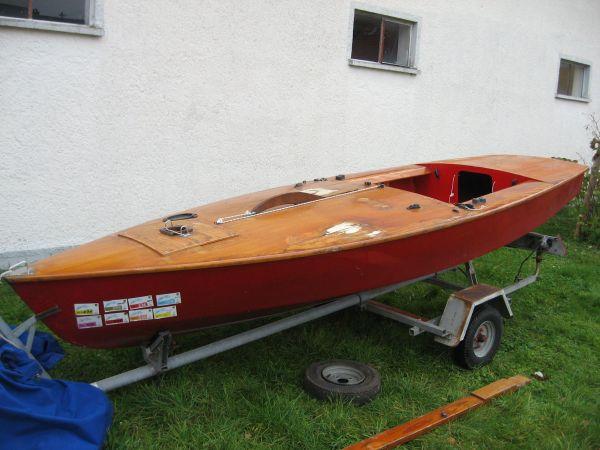Boot, 4m lang, 1, 50 m breit - Günzburg - Boot, 4 m lang, 1,50 m breit, Rumpf GfK, dicht, schwimmfähig, Deck Holz, als Dekostück, Sandkasten, Gartendeko o.ä. oder komplett als Segeljolle, 8,5 qm, 275,- Euro, gerne weitere Info und Bilder, - Günzburg