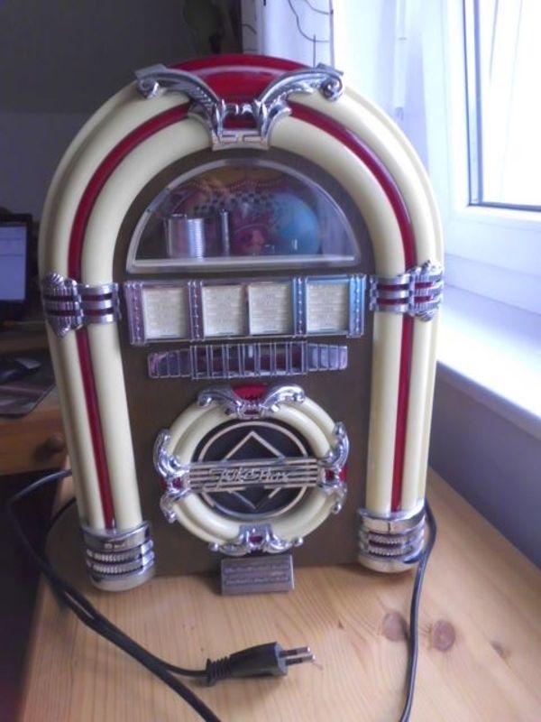 kleine Musikbox mit Radio und Kasettenlaufwerk. - Lautersheim - Biete eine kleine Musikbox im 50er Jahre Stil aus der Spirit of St. Louis Collector``s Edition. Die Stückzahl ist limitiert (Stück Nummer 0451). . Die Musikbox ist 36 cm hoch und 27 cm breit. Die Röhren können beleuchtet werden, außerde - Lautersheim