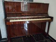 Klavier mit Klavierhocker