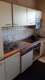 Einbauküche mit Hängeschränke und