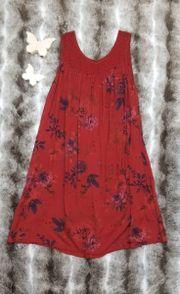 rotes gemustertes Sommerkleid