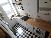 Küchenzeile mit Herd und Kühlschrank