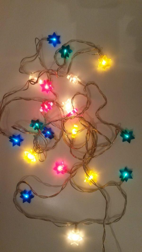 Lichterkette mit bunten Sternen
