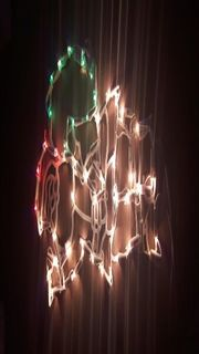 Schöne funktionstüchtige Weihnachtsbeleuchtung und Weihnachtsdorf
