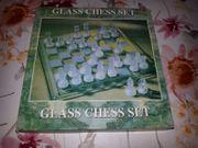 Schachbrettspiel aus Glas -- Neu